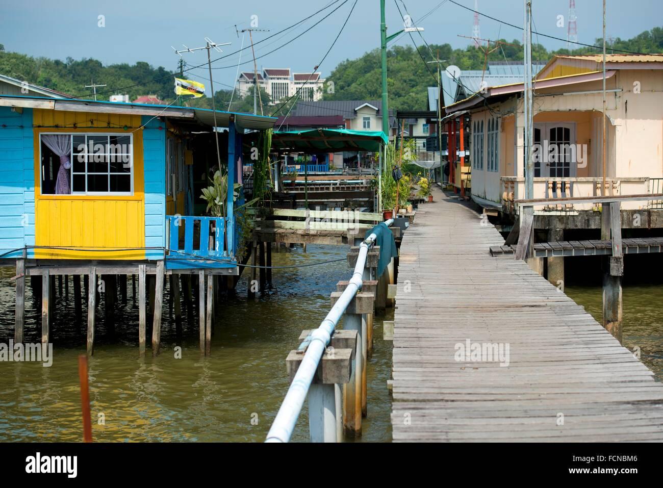 Walkway and shacks on stilts in Brunei River, Water Village (Kampong Ayer), Bandar Seri Begawan, Brunei. - Stock Image
