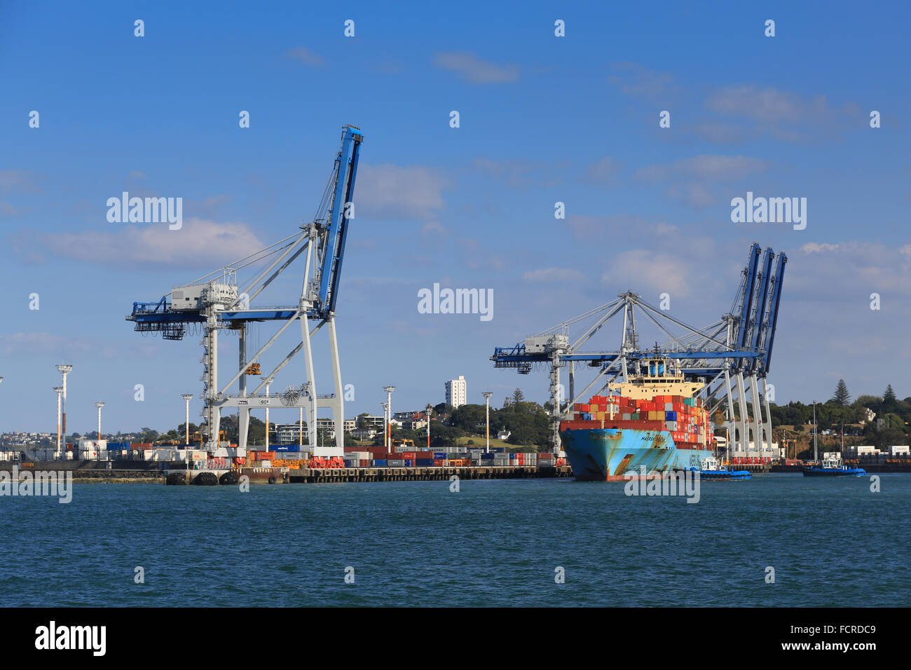 The Maersk Bratan container ship being berthed with tug assistance at the container terminal at Auckland, New Zealand. - Stock Image