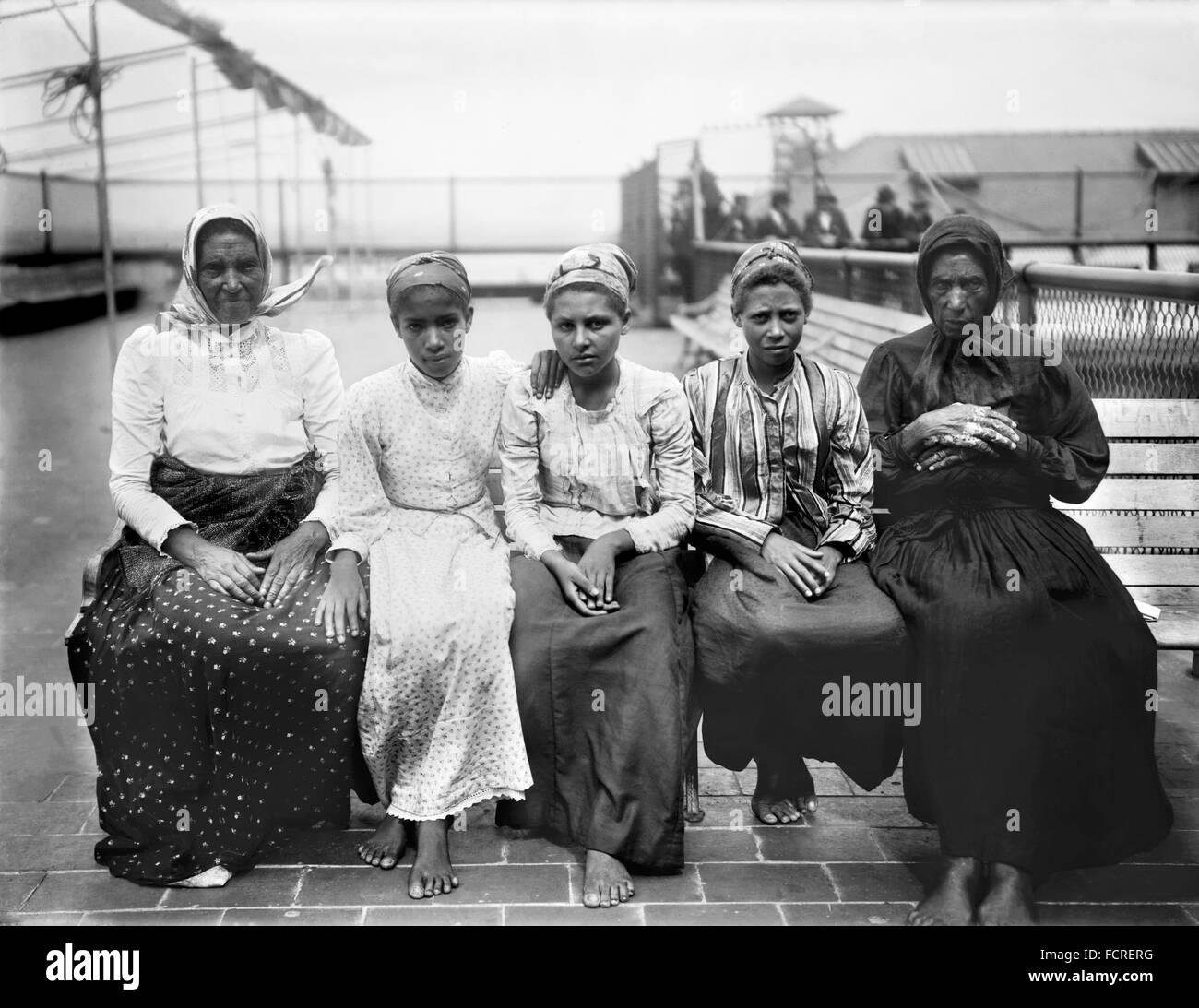 Immigrants at Ellis Island, New York, NY, early 20th century - Stock Image
