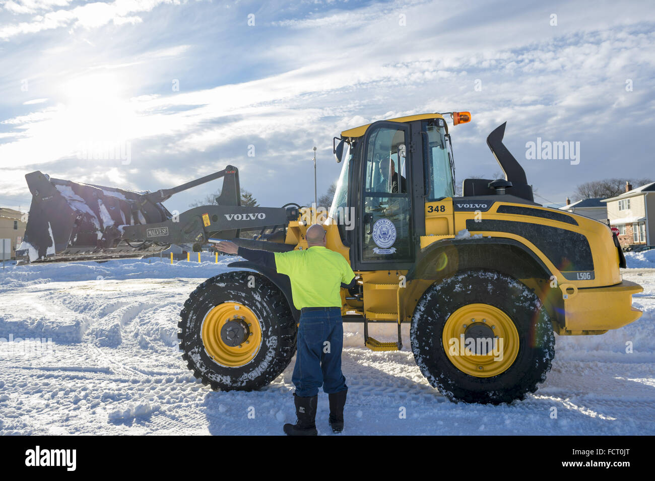 Merrick, New York, USA. 24th Jan, 2016. A Town of Hempstead Highway Department employee directs the operator of - Stock Image