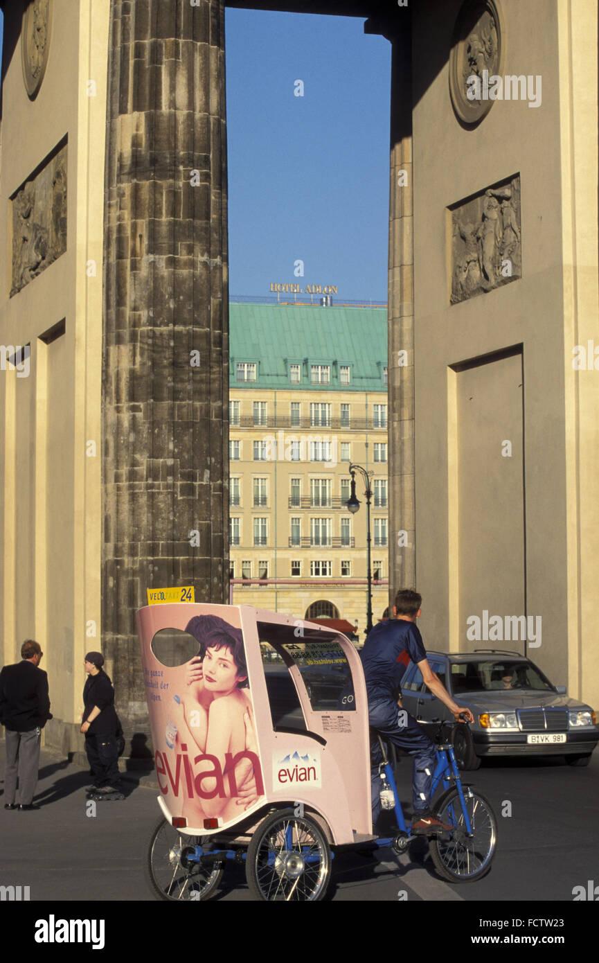 DEU, Germany, Berlin, view through the Brandenburg Gate to the Hotel Adlon.  DEU, Deutschland, Berlin, Blick durch - Stock Image