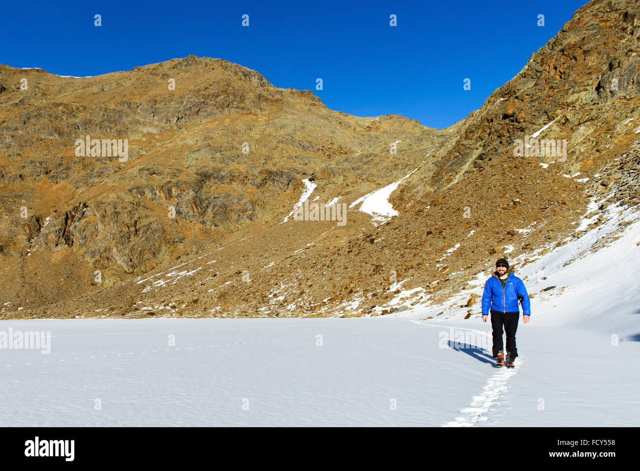 Winterwandern auf zugefrorenen See / winter hiking on frozen lake - Stock Image