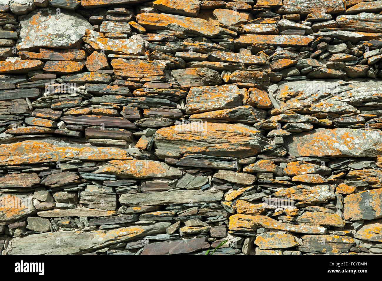 Georgien, Mtskheta-Mtianeti, Stepansminda, Mauer an der Kreuzkuppelkirche Zminda Sameba (Dreifaltigkeitskirche, - Stock Image