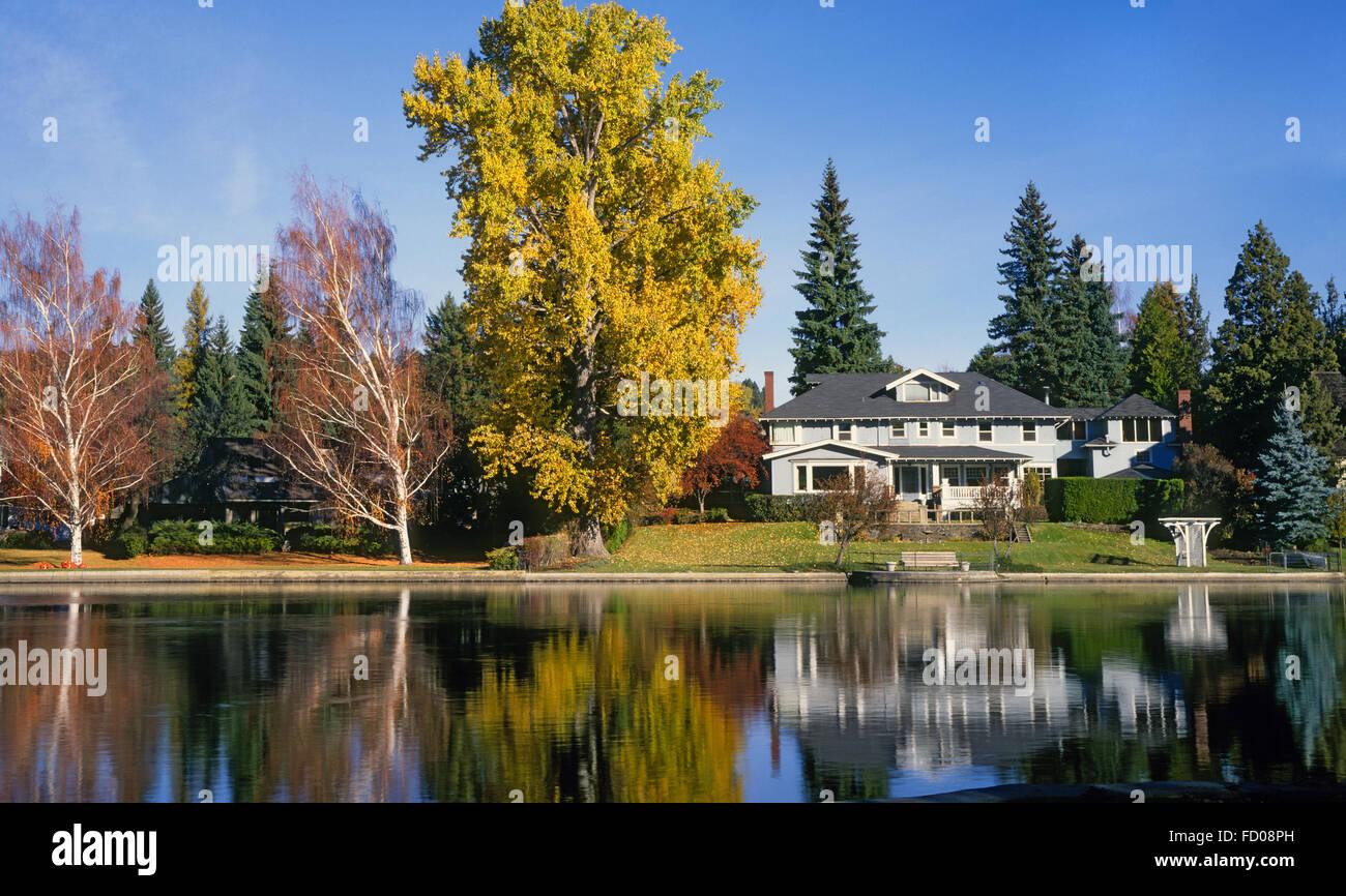 Autumn along the Deschutes river in Drake Park, in Bend, Oregon - Stock Image