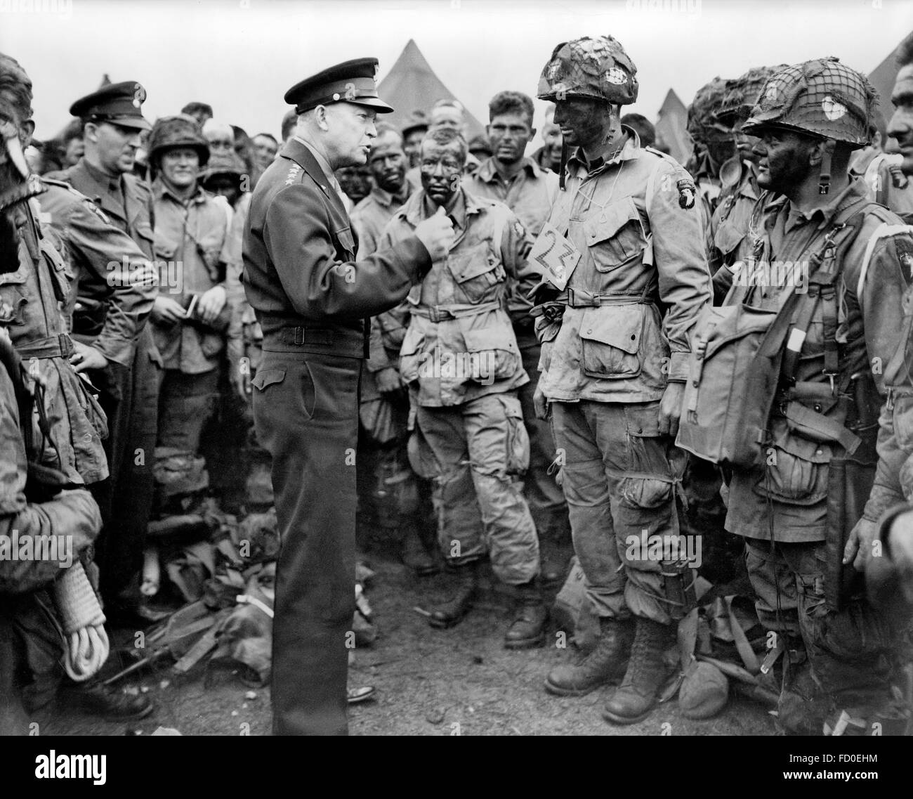 Dwight Eisenhower. General Dwight D Eisenhower, Supreme Allied Commander Europe, talking with American paratroopers - Stock Image