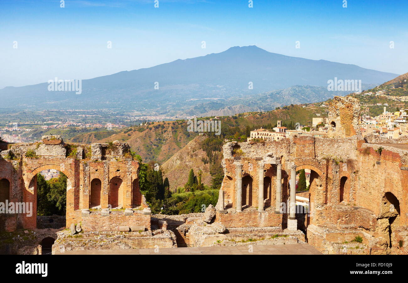 The Greek theatre in Taormina, Mount Etna Volcano in the distance, Sicily, Italy - Stock Image