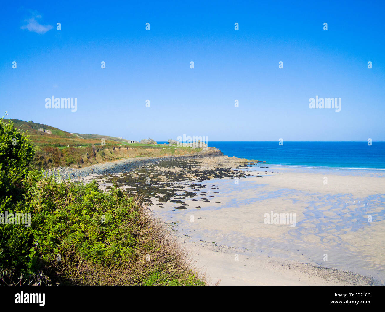 Porthmeor Beach & Carrick Du Headland, St Ives, Cornwall, England, UK in Summer - Stock Image