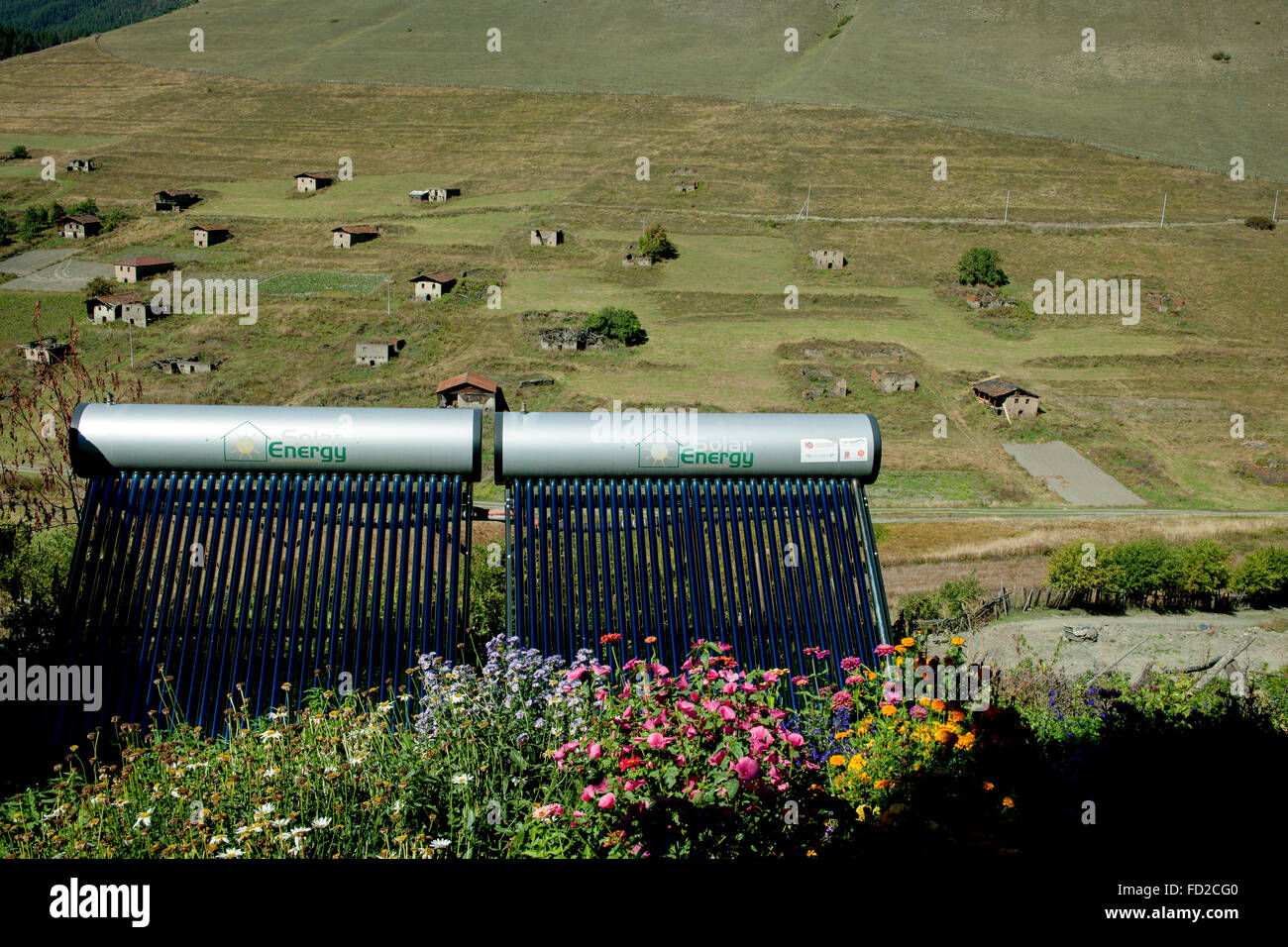 Georgien, Kachetien, Tuscheti-Nationalpark, Shenako, typisches Dorfhaus Solarzellen - Stock Image