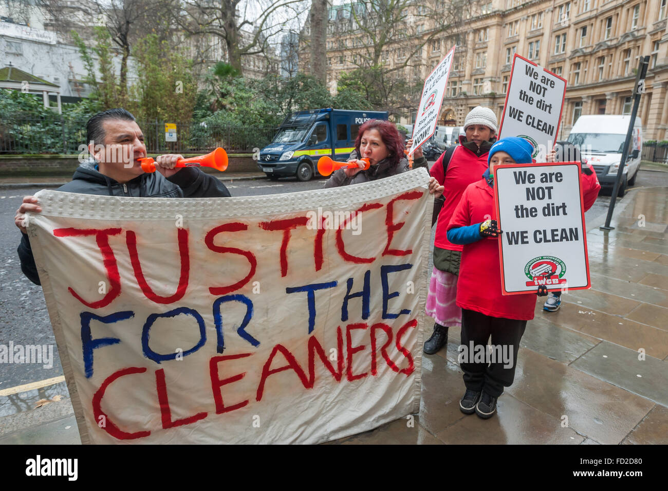 London, UK. 27th January, 2016. Grass-roots union IWGB hold a noisy protest outside CBRE-managed offices at 1 Finsbury - Stock Image