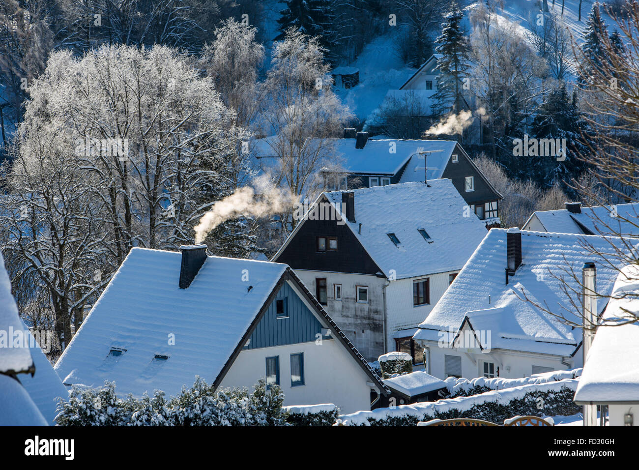 Qualmende Schornsteine von Wohnhäusern, in  Elkeringhausen, im  Hochsauerlandkreis, Stock Photo