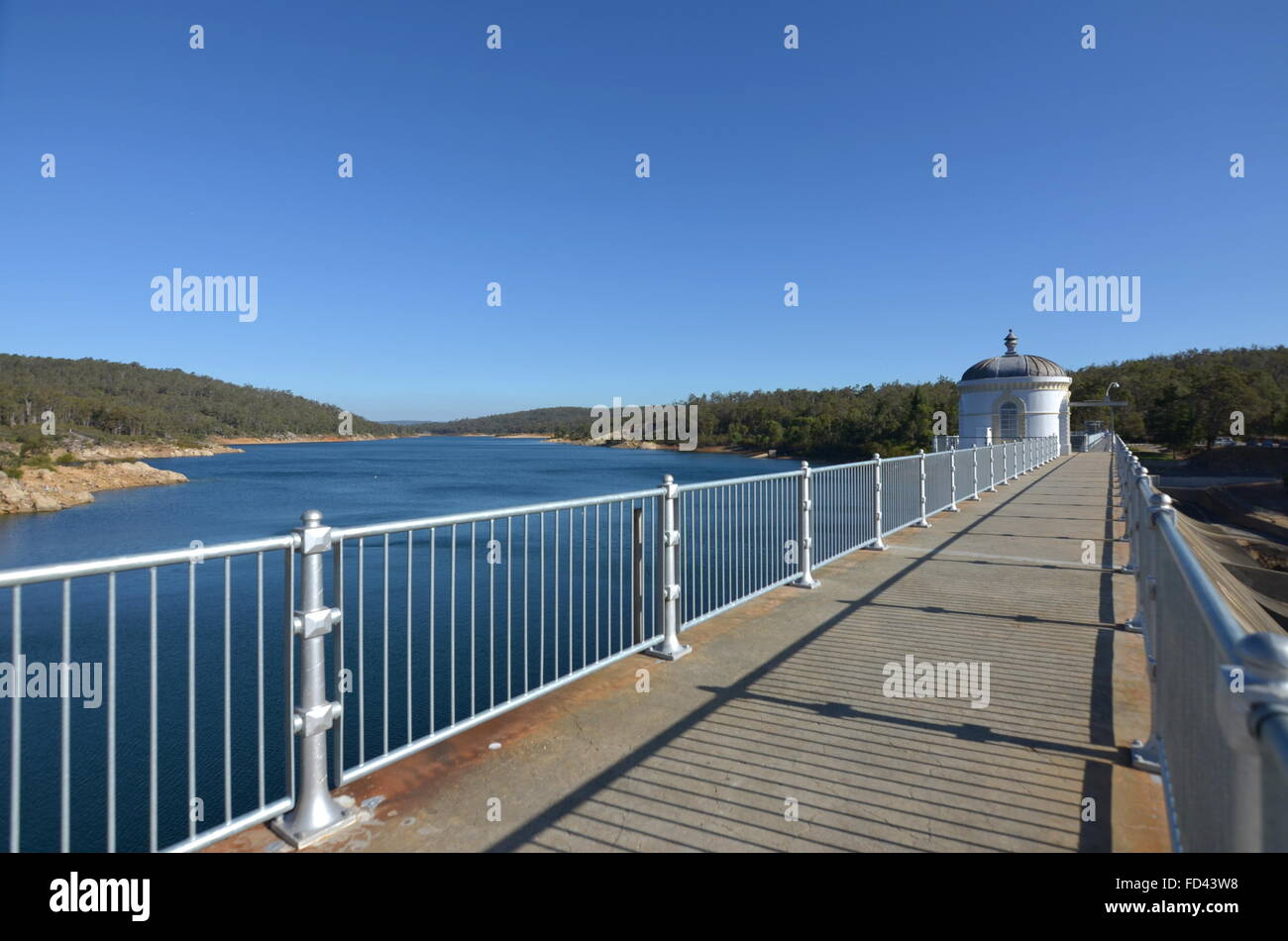 The walkway on top of the Mundaring Weir dam, Perth, Western Australia - Stock Image