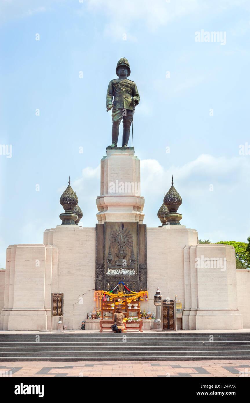 Statue of Rama VI at the entrance to Lumpini Park in Bangkok, Thailand - Stock Image