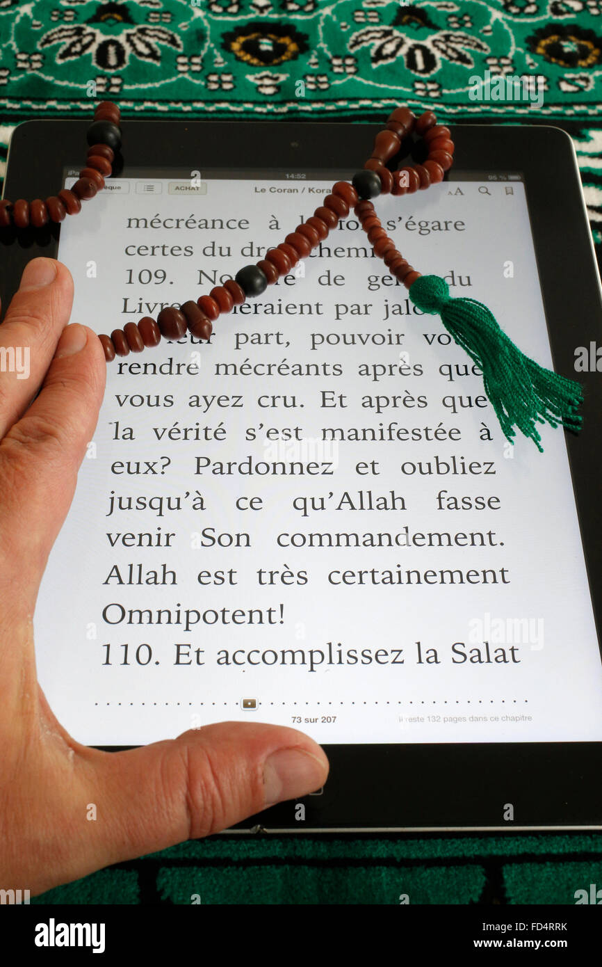 Electronic Quran on an Ipad. French translation. - Stock Image