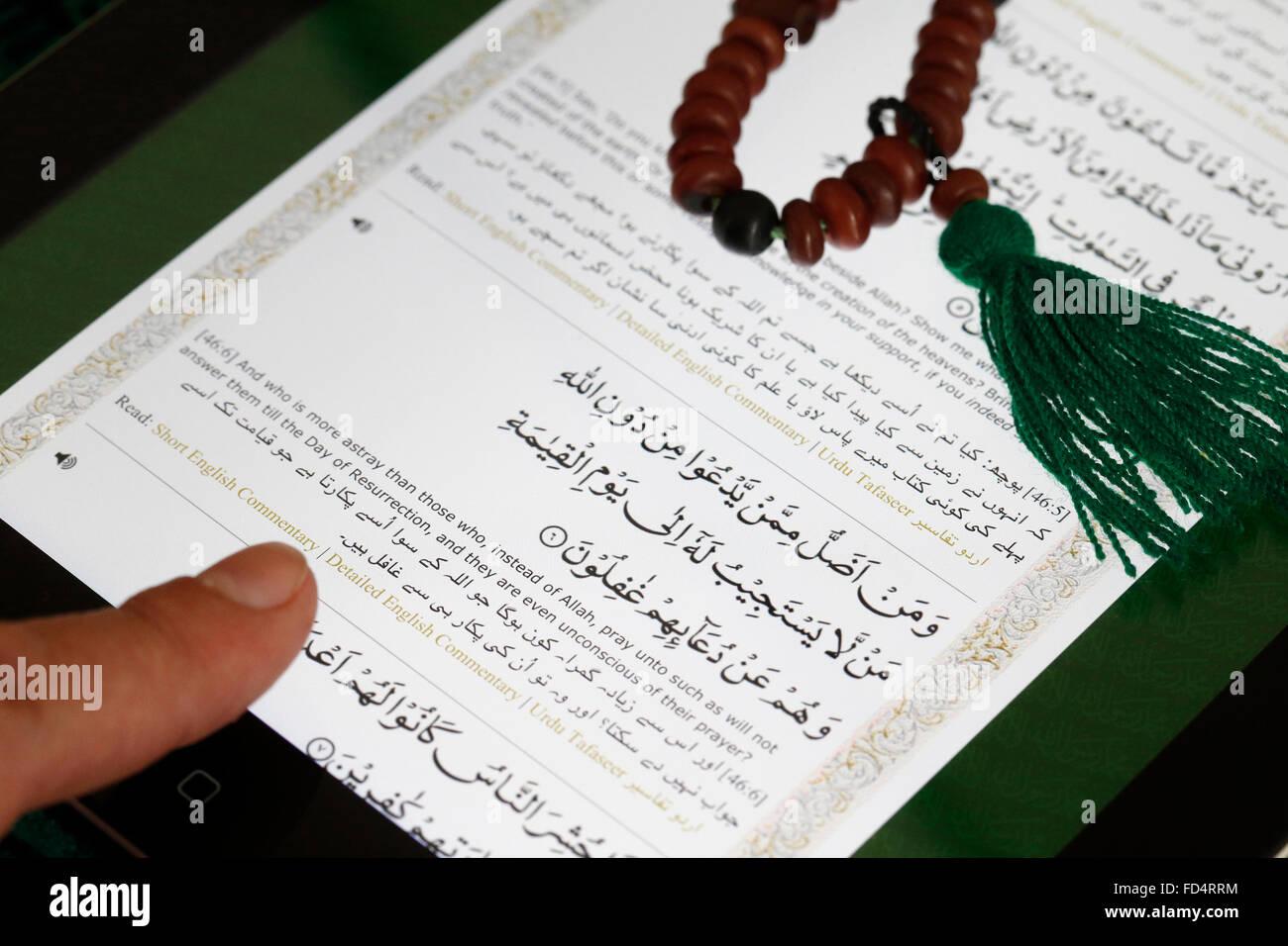 Electronic Quran on an Ipad. English translation. - Stock Image
