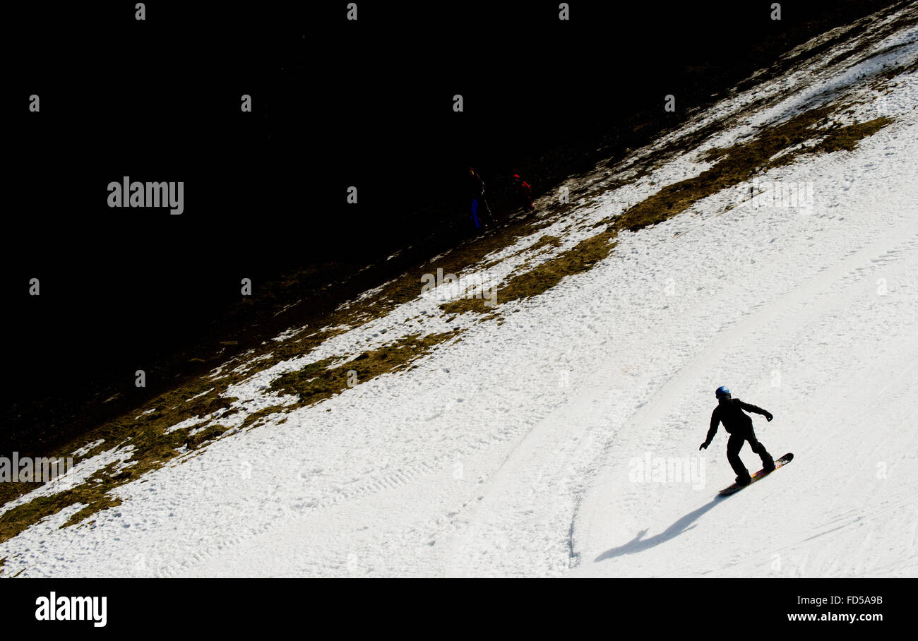 Braunlage, Germany. 28th Jan, 2016. A snowboarder races downhill on a slope of the Wurmberg mountain in the Harz Stock Photo