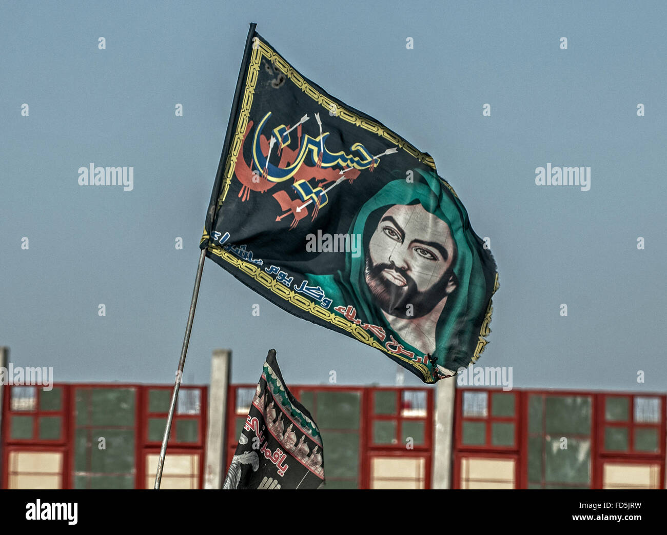 Flag in Basra proclaiming support for Imam Husayn - Stock Image