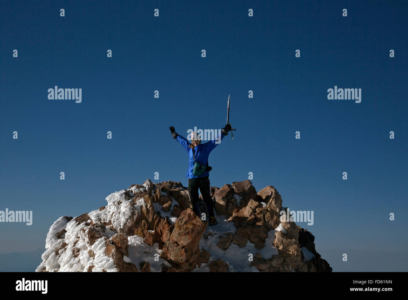 CA02633-00...CALIFORNIA - Climber on the summit of 14,612-foot Mount Shasta. - Stock Image