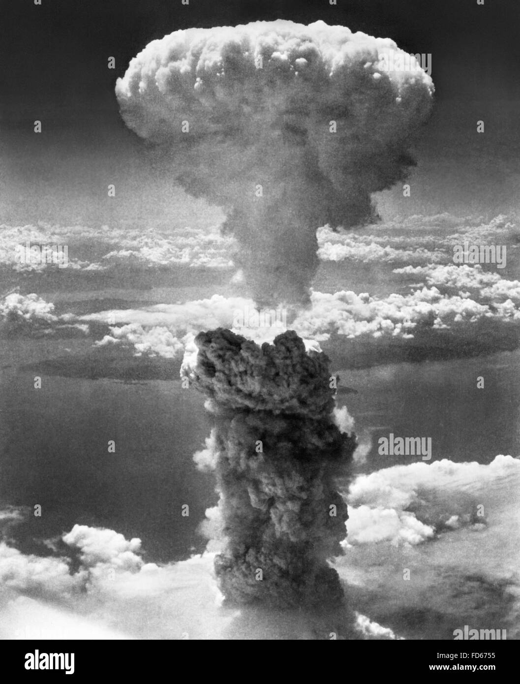 Atomic Bomb. The mushroom cloud from the second atomic bomb, 'Fat Man', dropped on Nagasaki, Japan in WWII. - Stock Image
