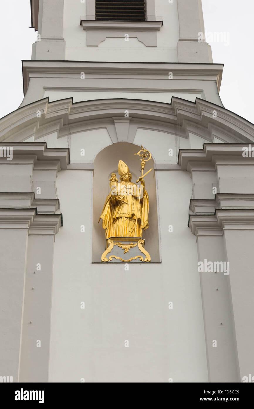 Vergoldete Statue des Hl. Alto über dem Eingang der Klosterkirche St. Alto und St. Birgitta - Stock Image