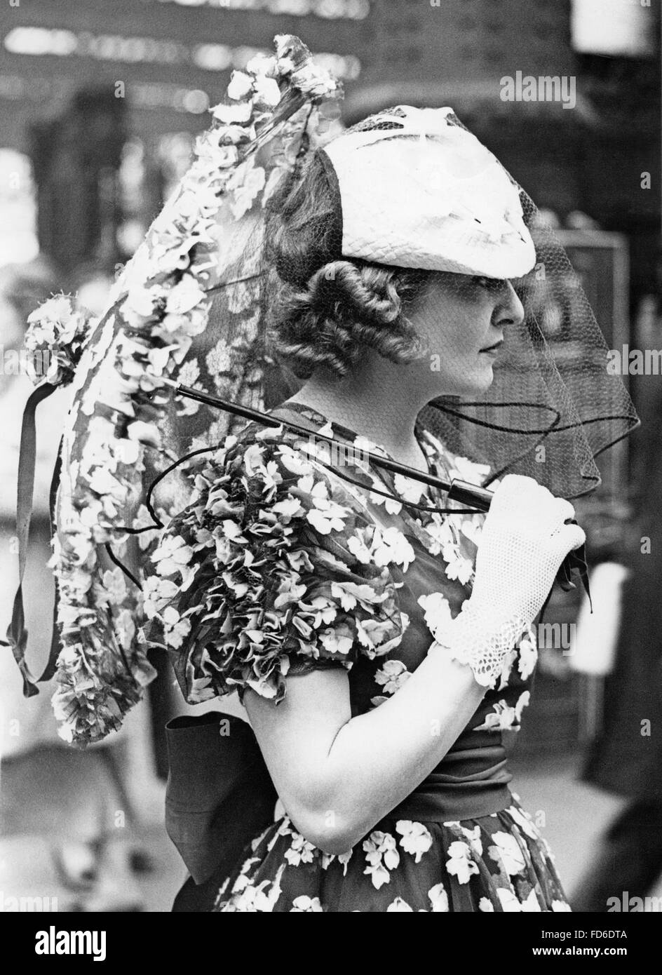 Woman with sunshade in Ascot, 1937 - Stock Image