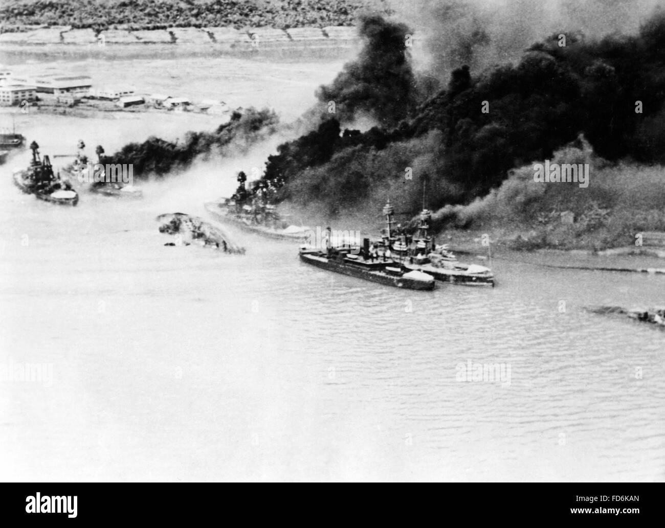 Burning battleships off Pearl Harbor on 12/07/1941 Stock Photo