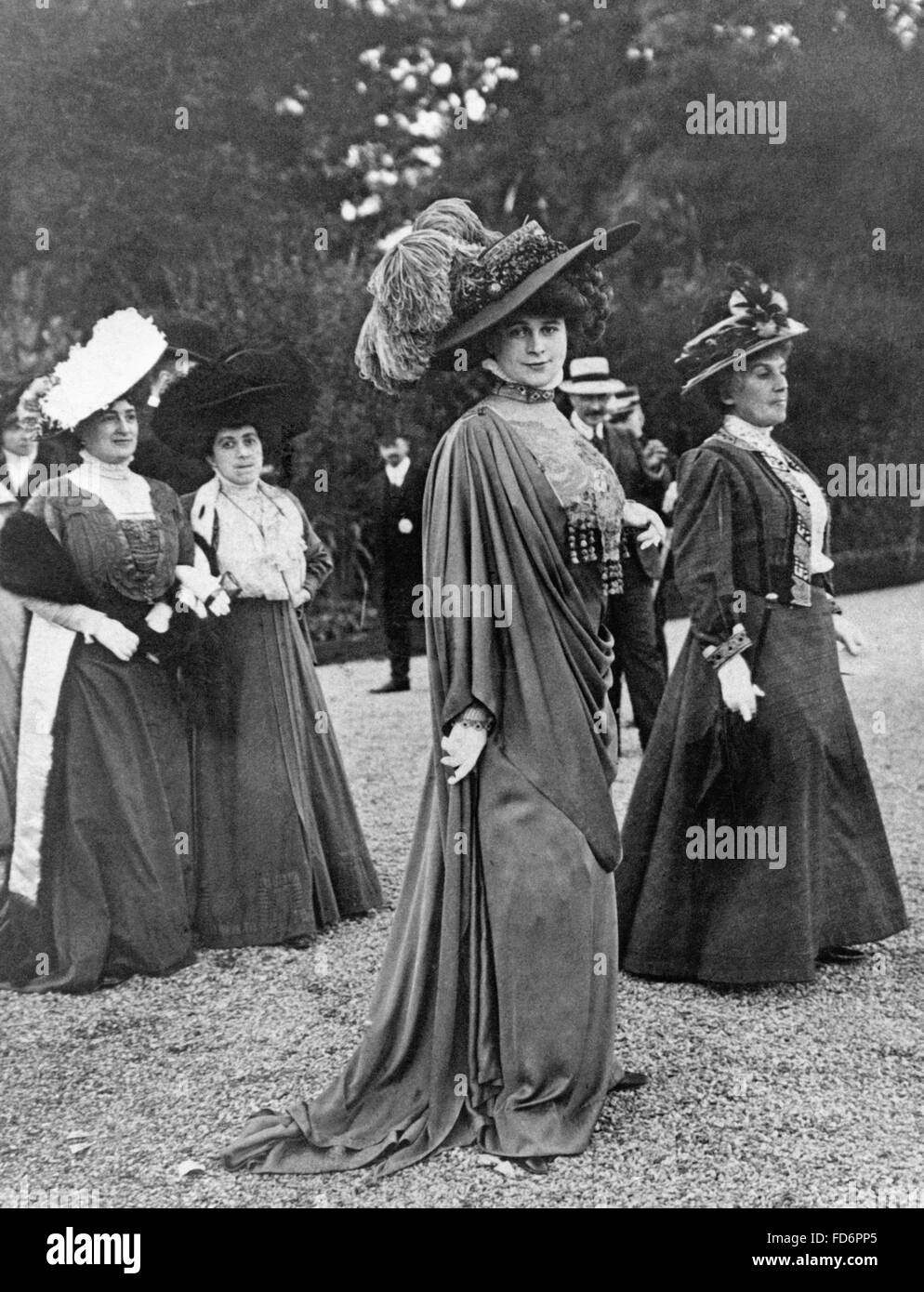 Parisian women's fashion, 1908