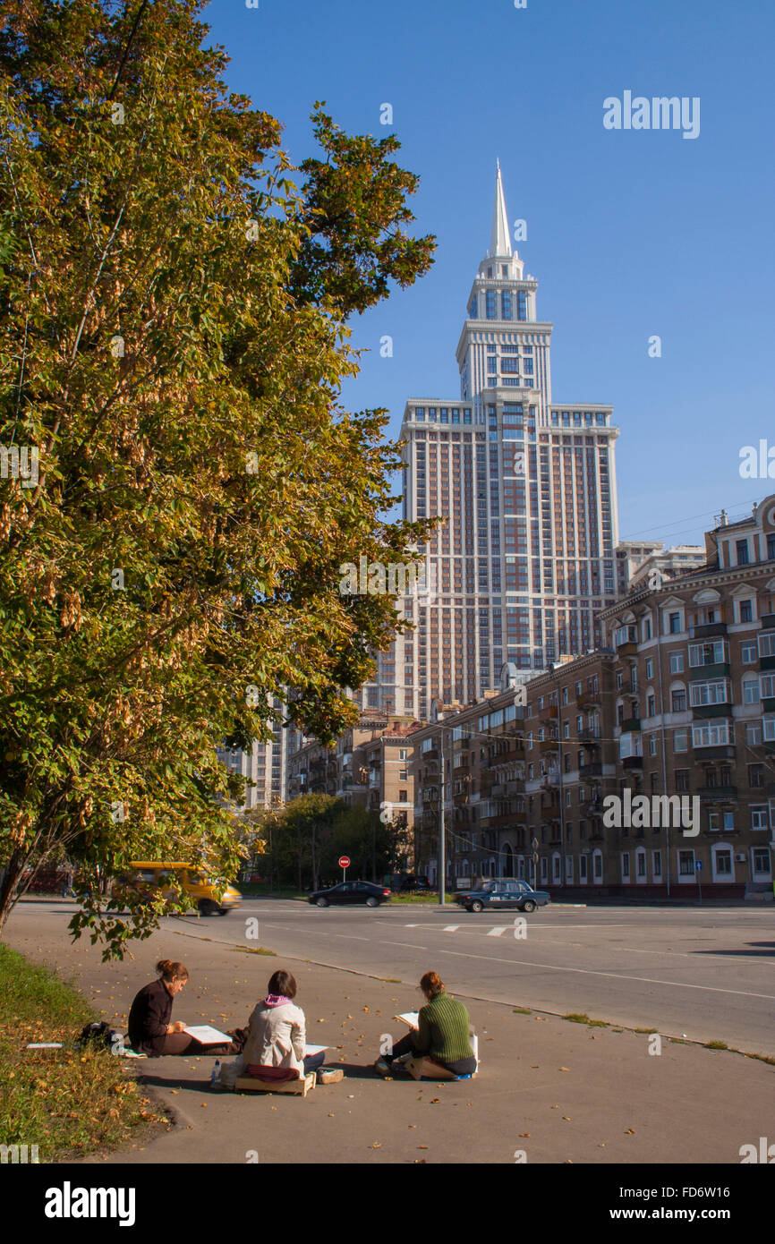 Art students sketch the Triumph Palace, Putin's skyscraper imitating the Seven Sisters Vysotki built by Stalin, Moscow, Russia Stock Photo