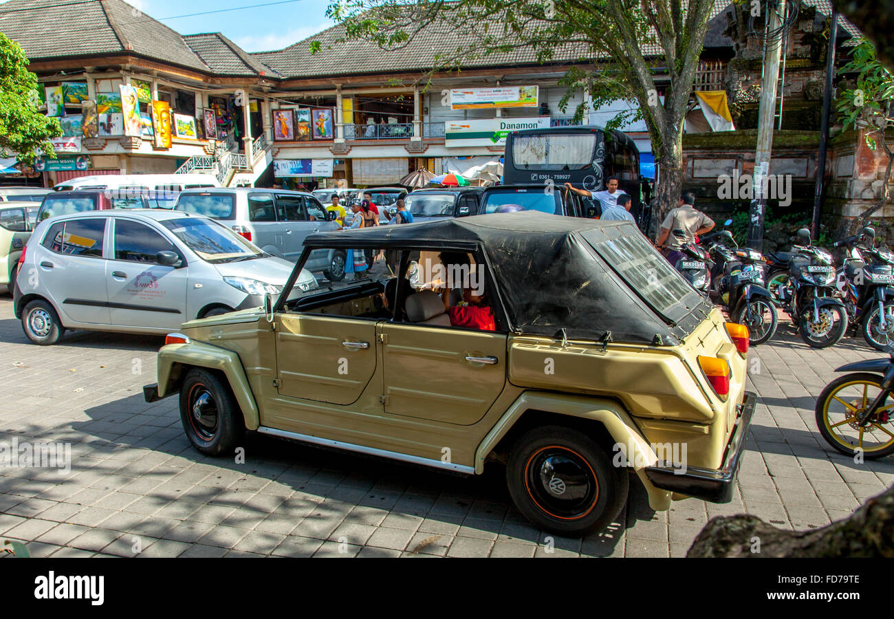 old VW bucket car, Volkswagen car in the streets of Ubud, street scene, Ubud, Bali, Indonesia, Asia - Stock Image