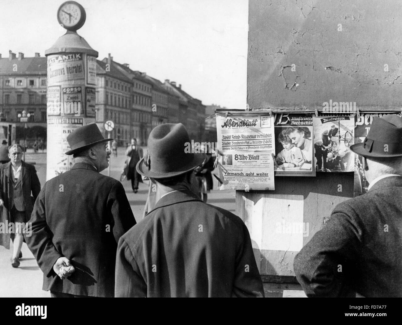 Street newspapers in WW2, 1940s - Stock Image