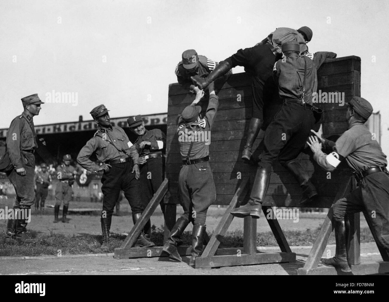 SA men climbing a wall, 1938 - Stock Image
