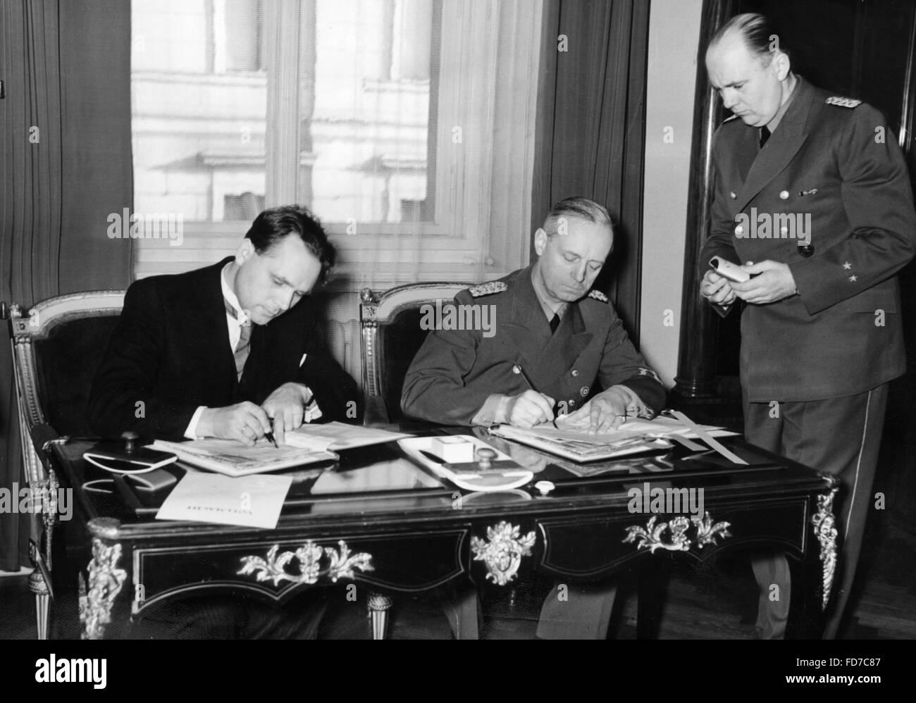 Cernak and Ribbentrop sign the German-Slovak Treaty, 1939 Stock Photo
