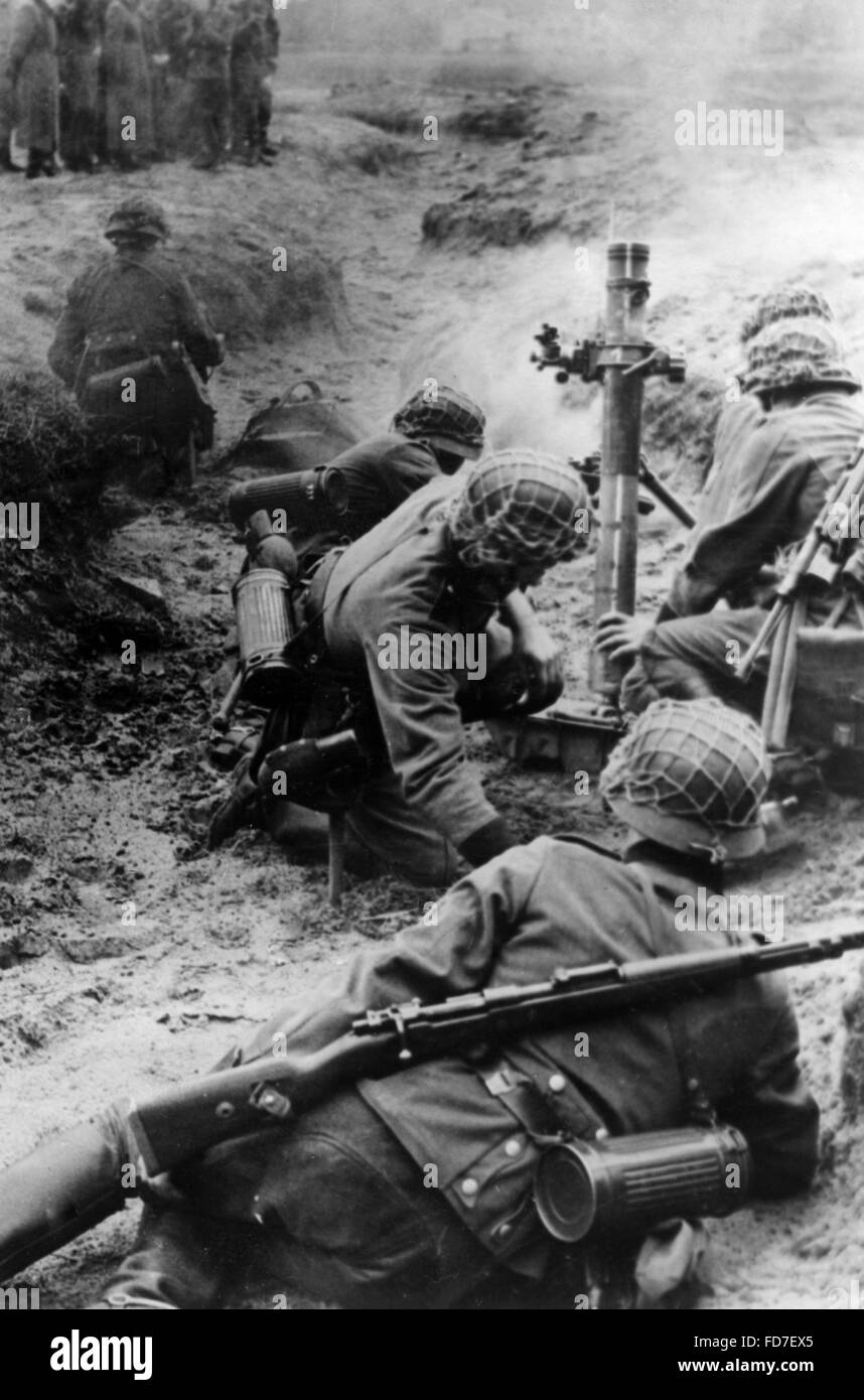 Anti-aircraft auxiliaries during an exercise, 1944 - Stock Image