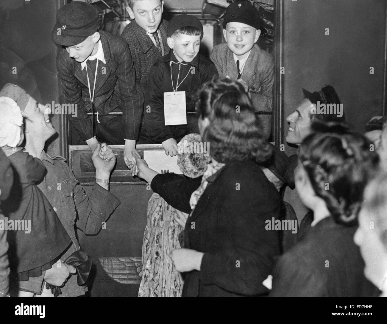 Children evacuated to the country bid farewell in Berlin, 1943 - Stock Image