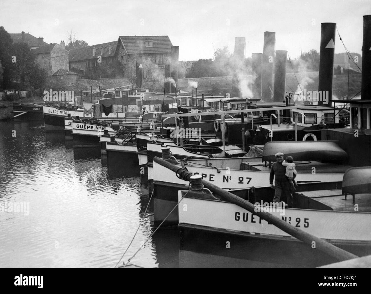Striking boatmen in Conflans, 1936 - Stock Image