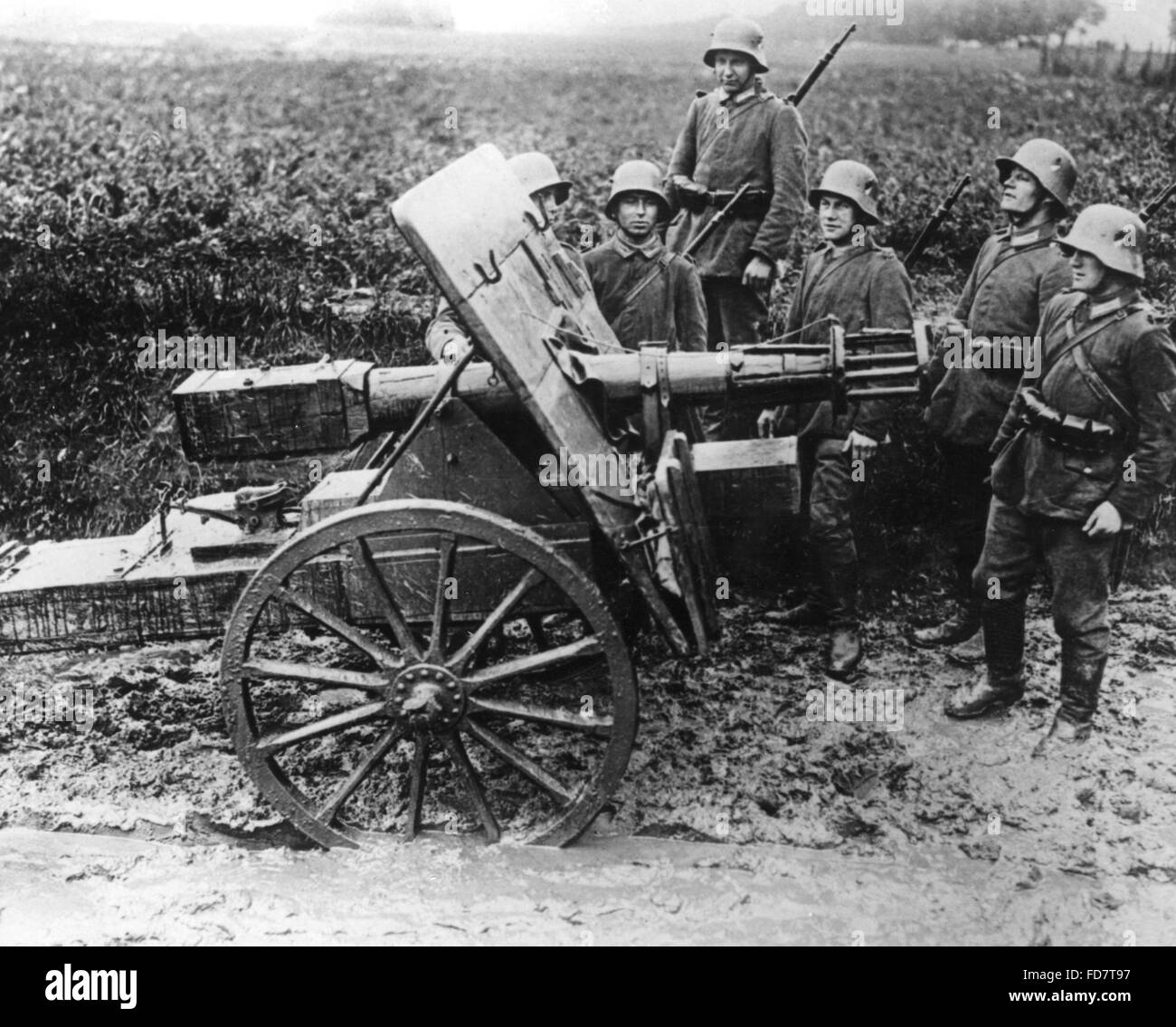 Dummy of a field gun for training purposes - Stock Image