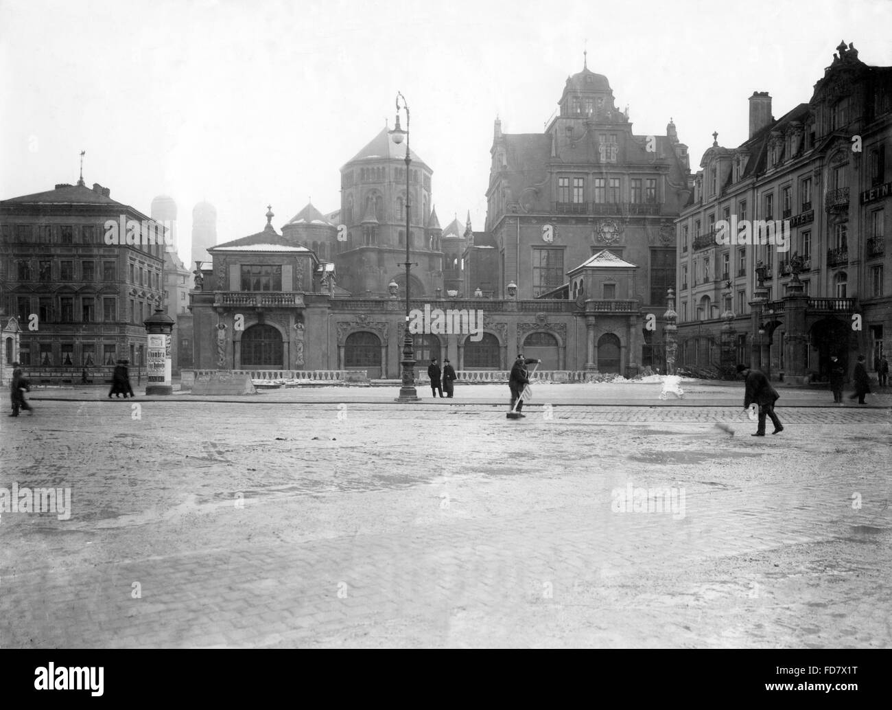 The Old Synagogue and the Kuenstlerhaus in Munich around 1900 - Stock Image