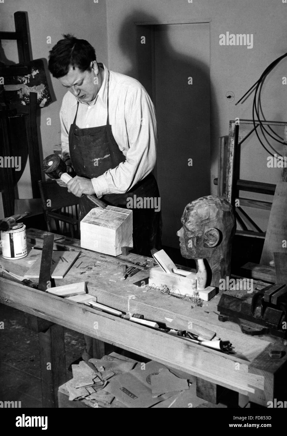 Paul Dahlke works on a wood sculpture, 1939 - Stock Image