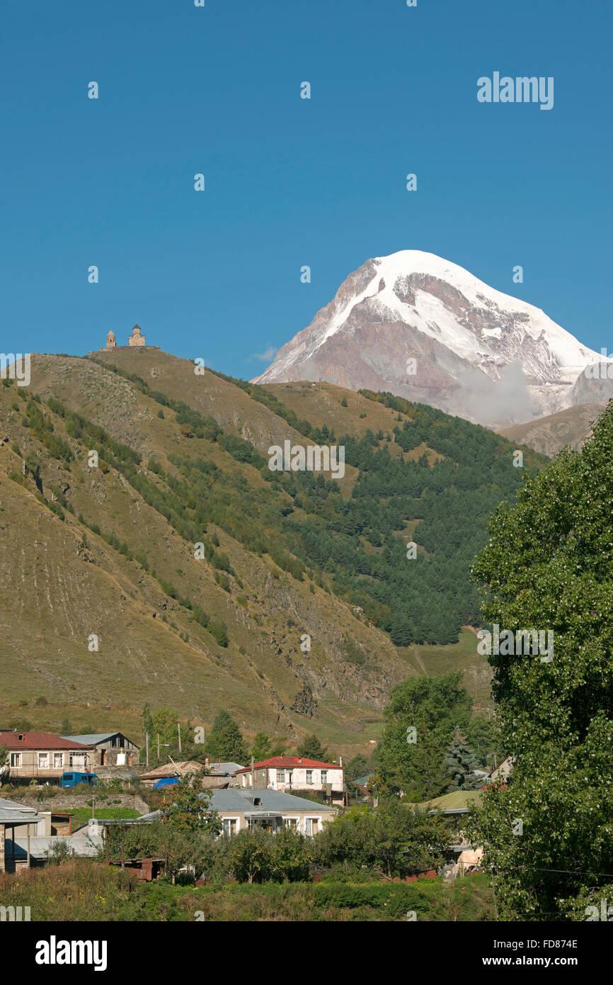 Georgien, Mtskheta-Mtianeti, Stepansminda, Blick zum Gipfel des Kazbeg. - Stock Image