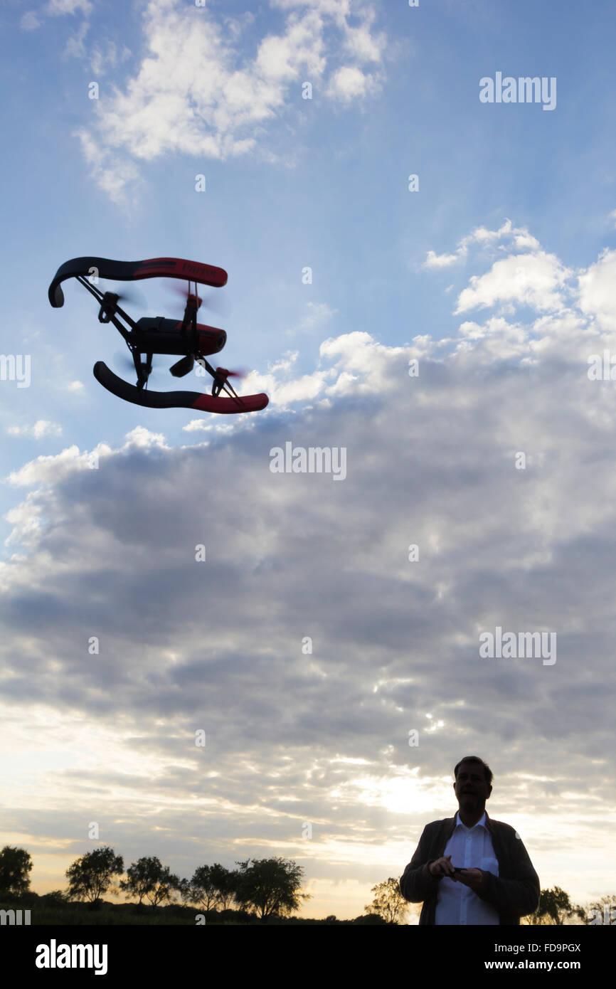 31.07.2015, Berlin, Deutschland - Mann laesst Drohne ueber Felder fliegen. 0GB150731D113CARO.JPG [MODEL RELEASE: Stock Photo