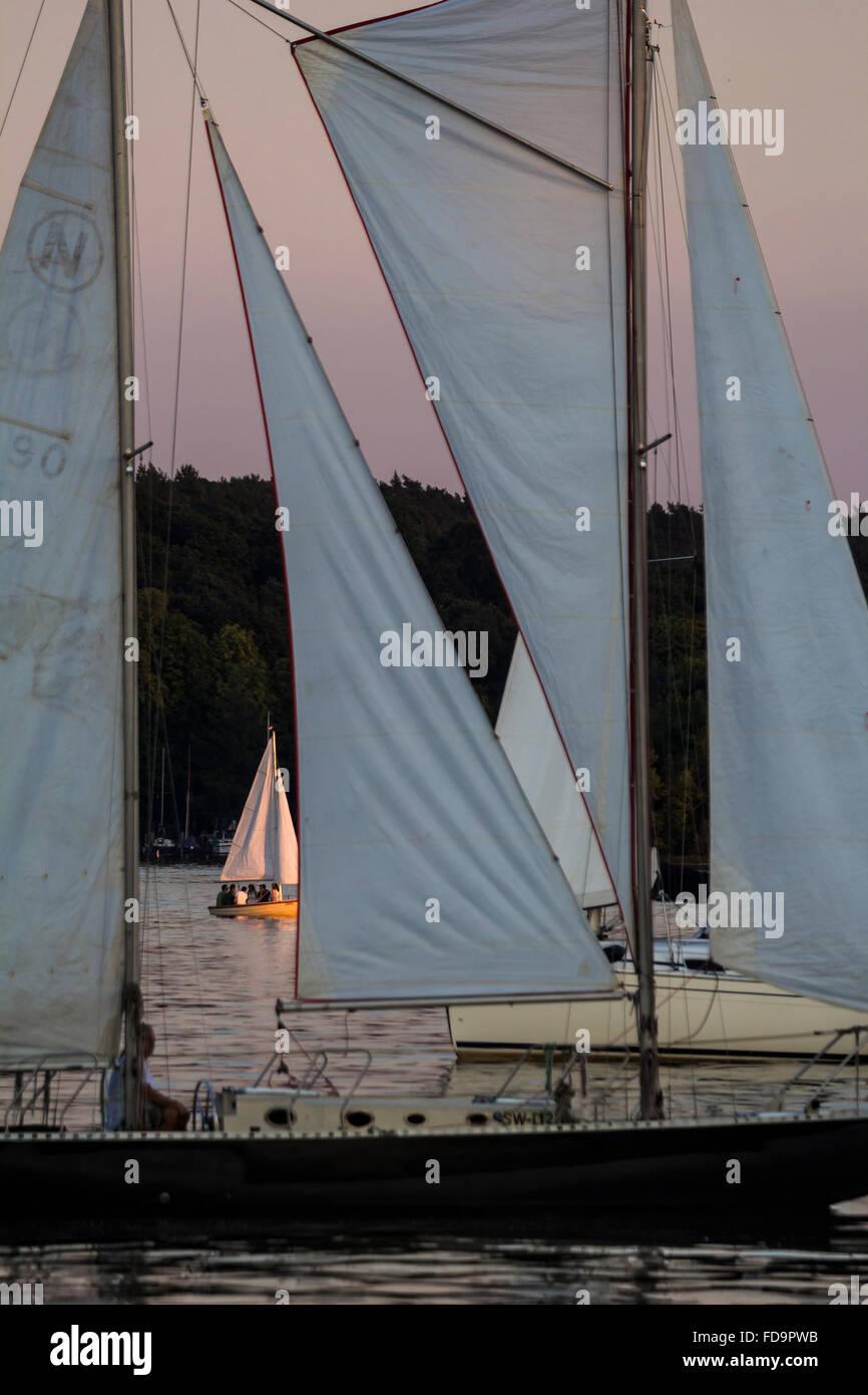 03.08.2015, Berlin, Deutschland - Segelschiffe auf der Unterhavel bei Sonnenuntergang. 0GB150803D105CARO.JPG [MODEL Stock Photo