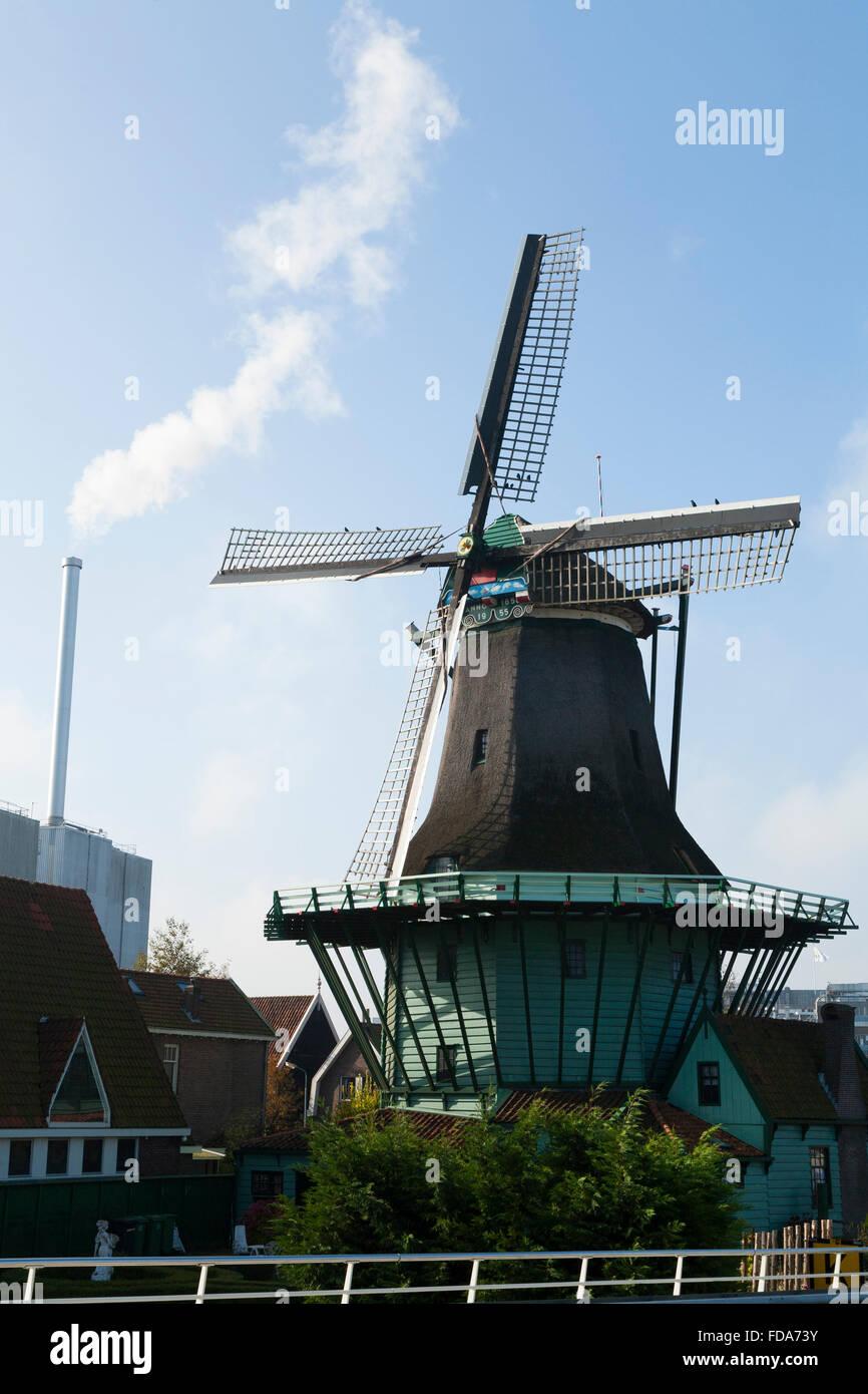 De Bleeke Dood. Smok windmill; flour mill Zaanse Schans, Holland Netherlands. Sun blue sky and steam from modern Stock Photo