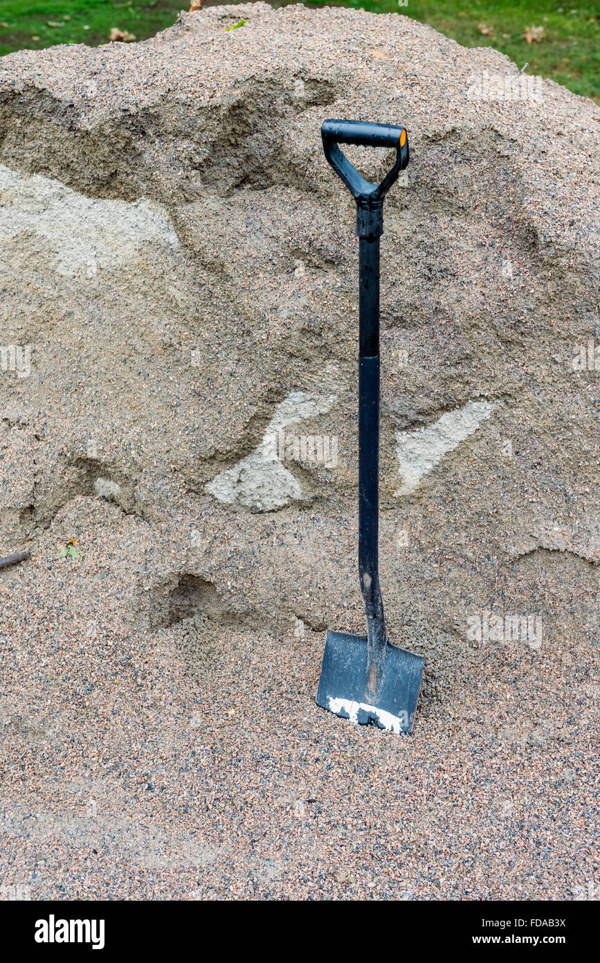 Spade and heap of gravel - Stock Image