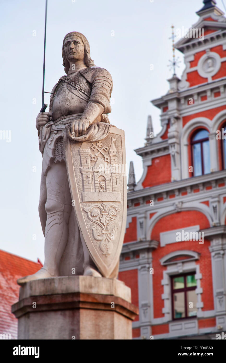 Statue of patron saint Roland standing in Riga old town, Latvia. Behind is the famous Blackheads building. - Stock Image