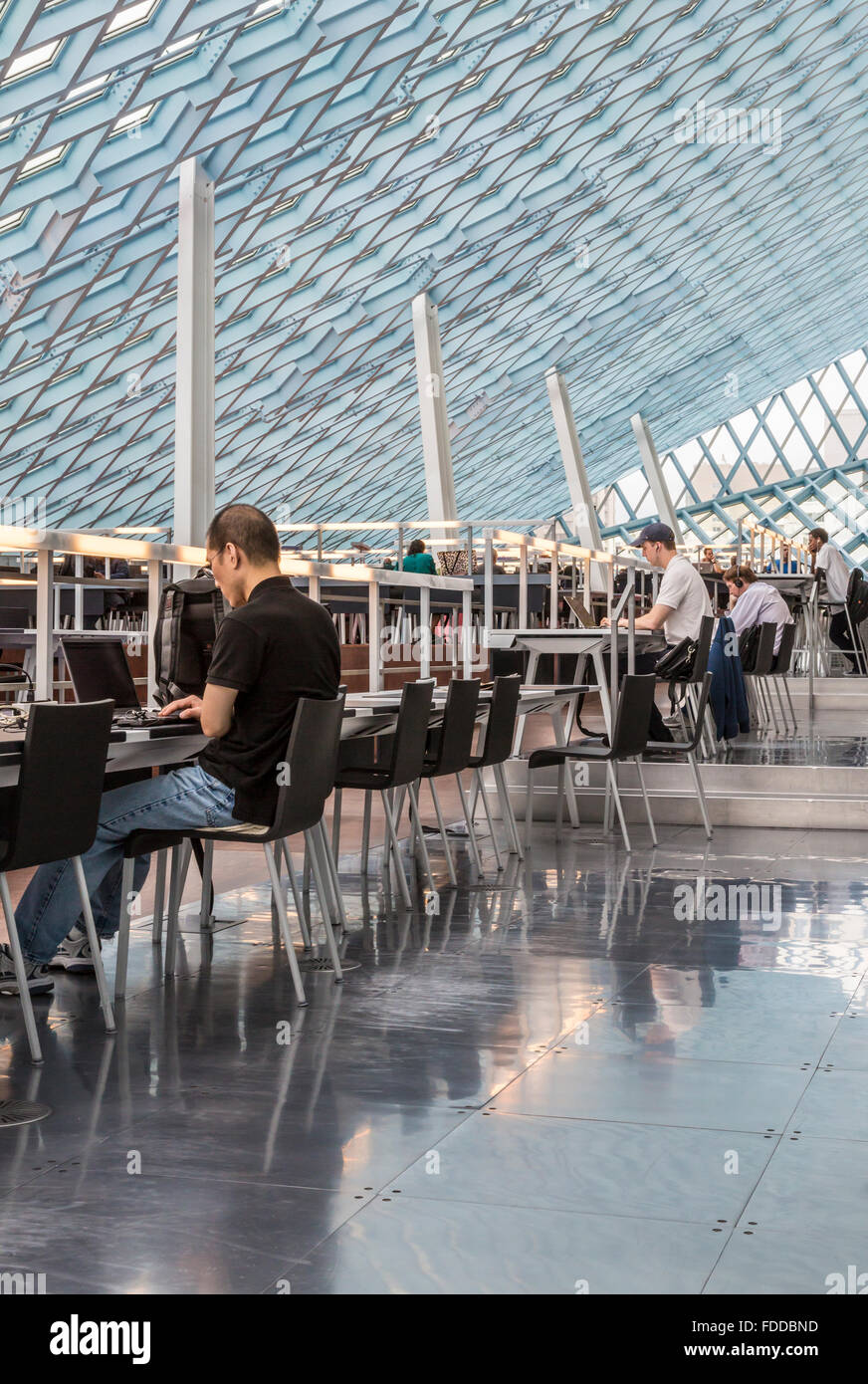 People using laptop computers with wifi at Seattle Central Library, designed by architects Rem Koolhaas and Joshua - Stock Image