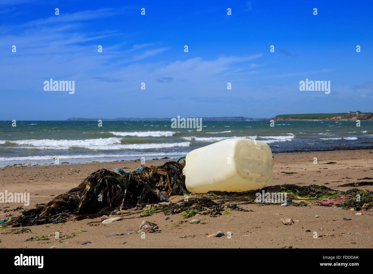 rubbish trash plastic waste beach coast shore uk - Stock Image