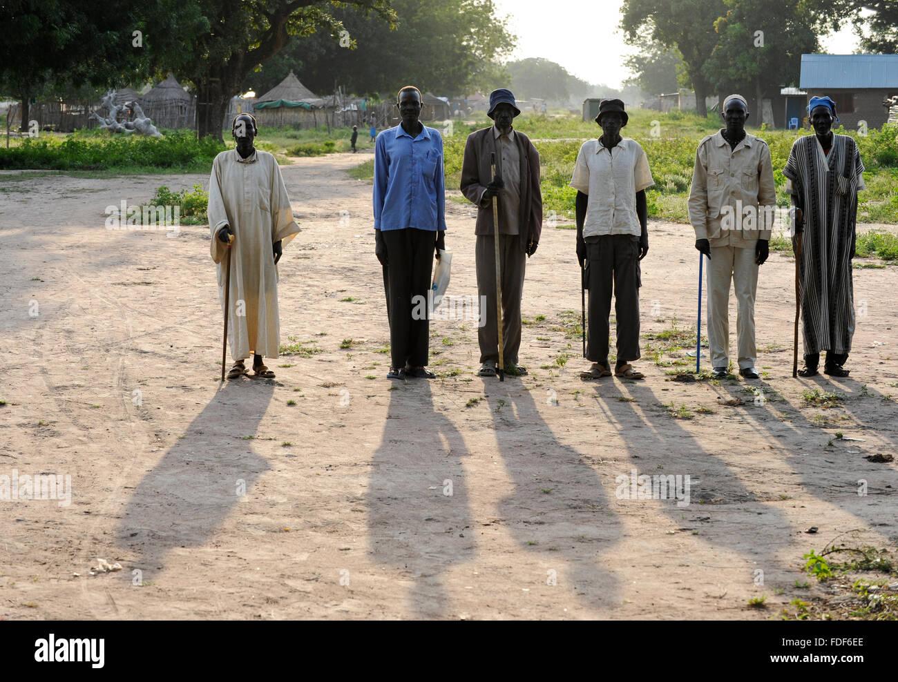 SOUTH-SUDAN Lakes state, Rumbek, Dinka men pose for a photo / SUED-SUDAN Rumbek, Dinka Menner posen fuer ein Foto - Stock Image