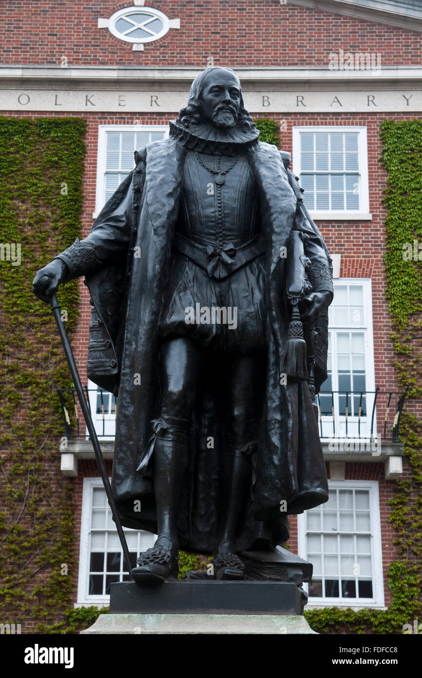 The statue of Francis Bacon by Frederick W Pomeroy in front of Gray's Inn Library, London, one of the four Inns - Stock Image