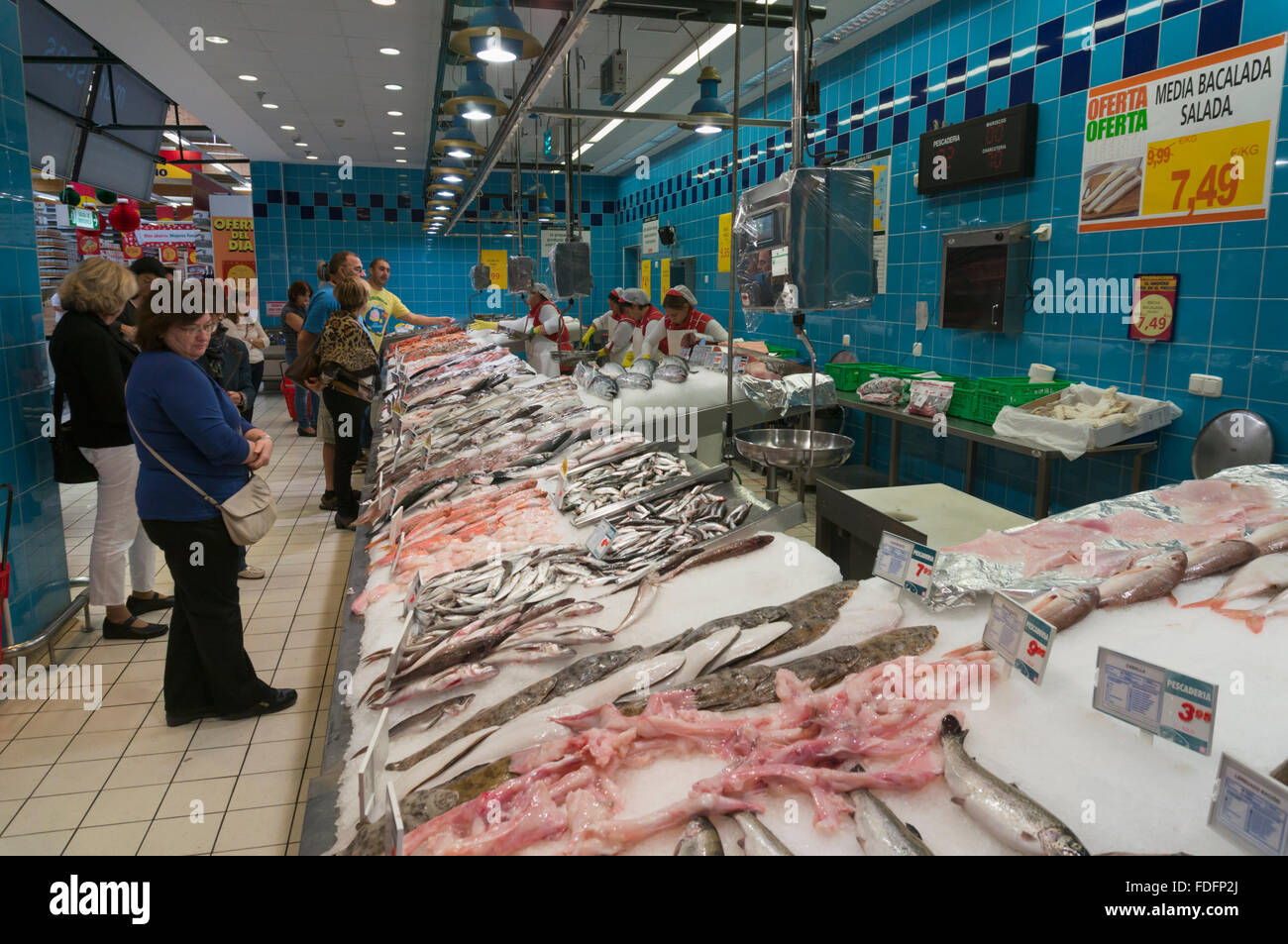 Marbella, Costa del Sol, Malaga Province, Andalusia, southern Spain.   Fish and seafood counter at Al Campo supermarket - Stock Image