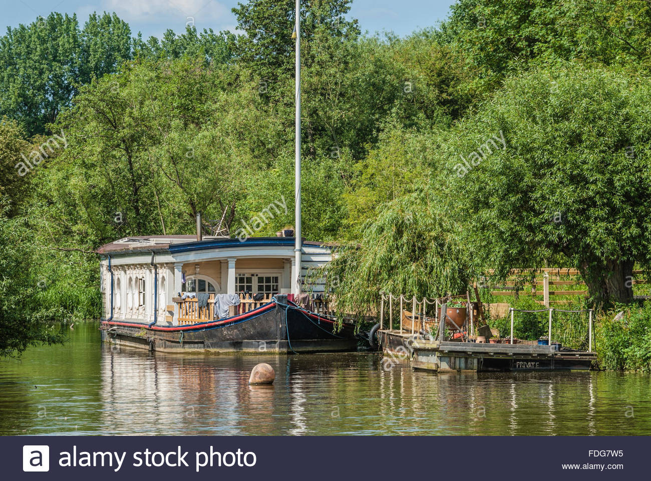 House Boat moored at the River Thames near Oxford, England, UK. | Hausboot auf dem Themse Fluss bei Oxford - Stock Image