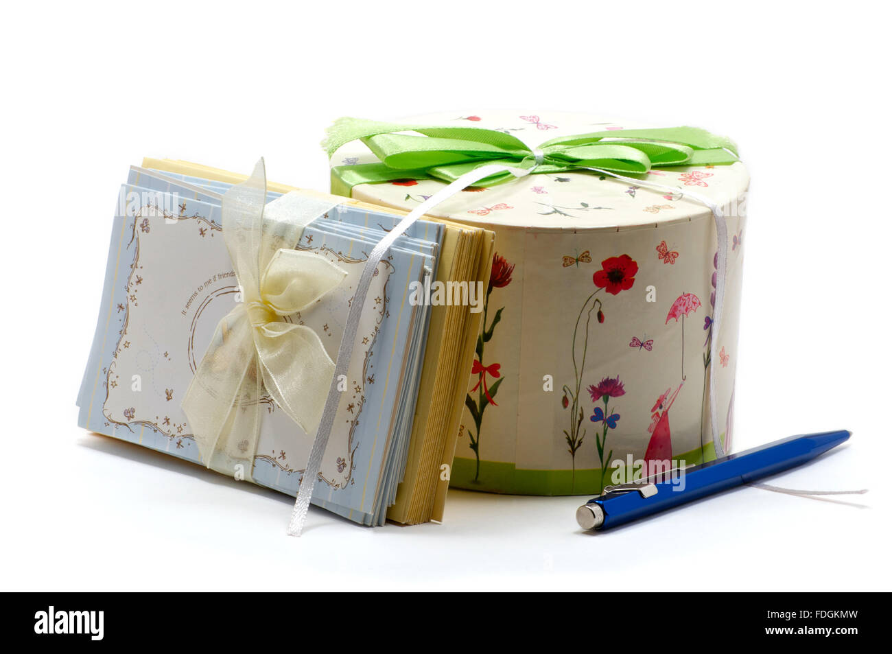 Gift box with greeting cards and navy blue pen - Stock Image